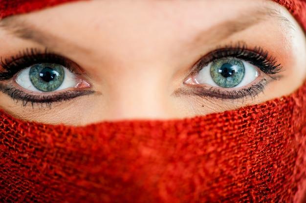 イランの女性が彼女の顔を隠す