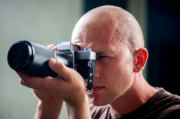 写真を撮る男