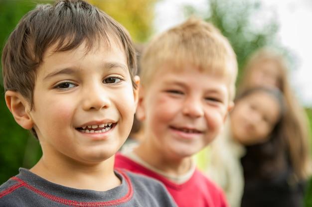 Счастливые маленькие дети наслаждаются поездкой