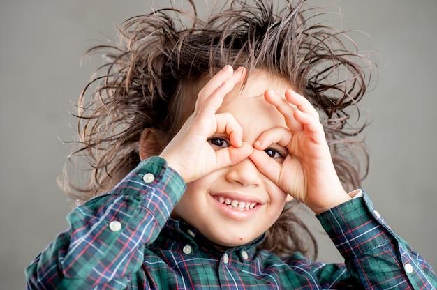Молодой мальчик в очках