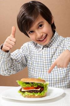 ハンバーガーを食べる子
