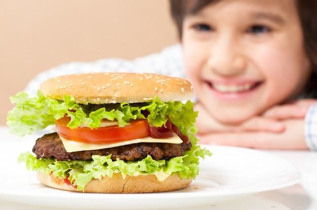 Ребенок ест гамбургер