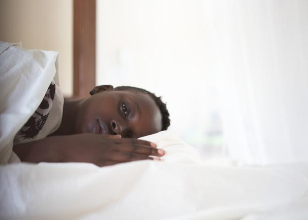 Черная девушка в постели