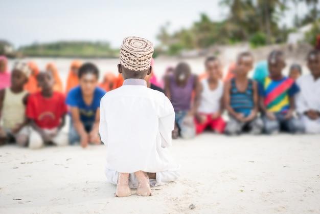 ビーチでのアフリカの学校の子供たち