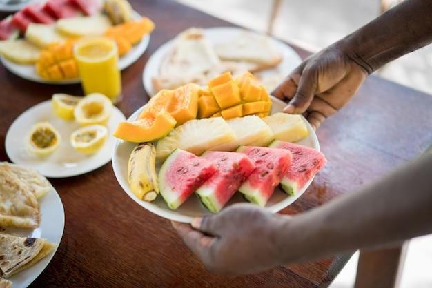 アフリカのリゾートでエキゾチックなトロピカル朝食