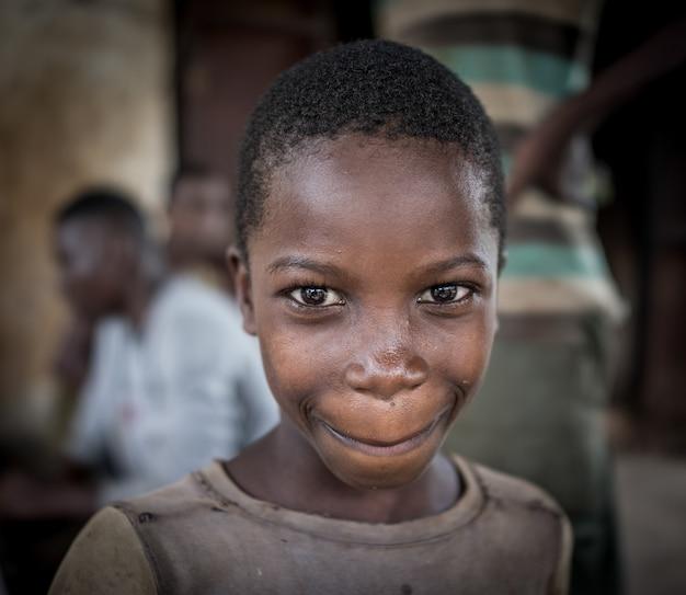 Африканские мальчики в деревенском портрете