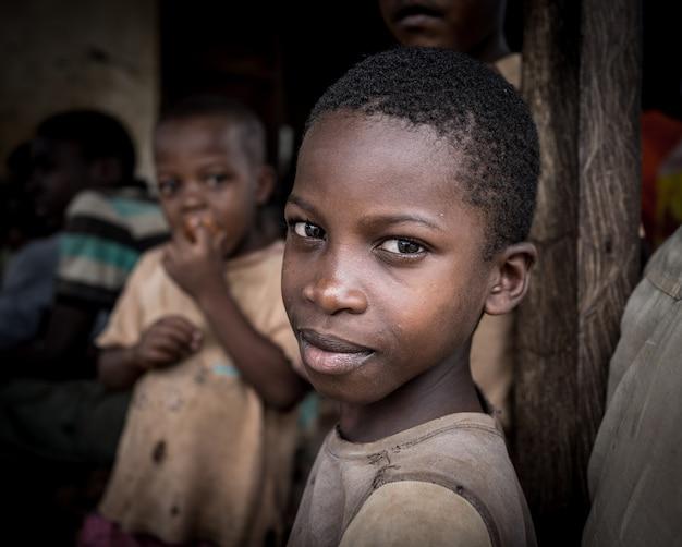 村の肖像画でアフリカの男の子