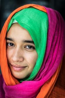 Красивая девушка с красочным шарфом портрет