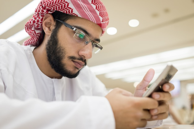 スマートフォンを持つ中東の男の子
