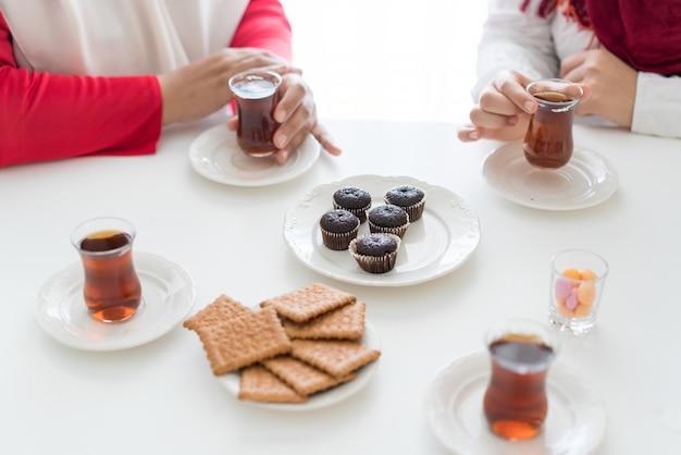 Наслаждаться чаем дома