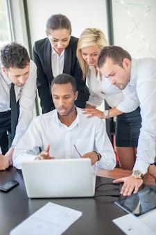 Группа деловых людей обсуждают на встрече