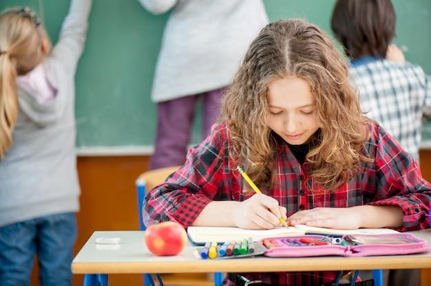 学校で幸せな子供