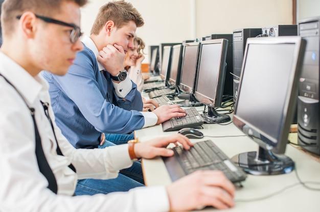 Студенты, изучающие информатику