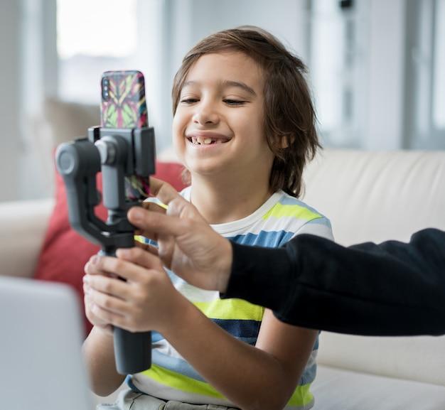 Маленький мальчик записи видео контента