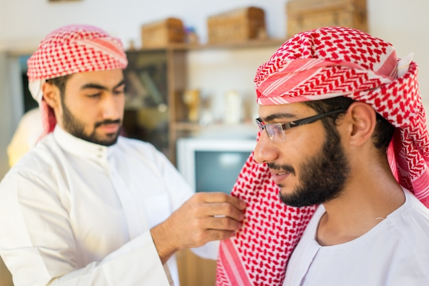 Арабский молодой человек в головной одежде