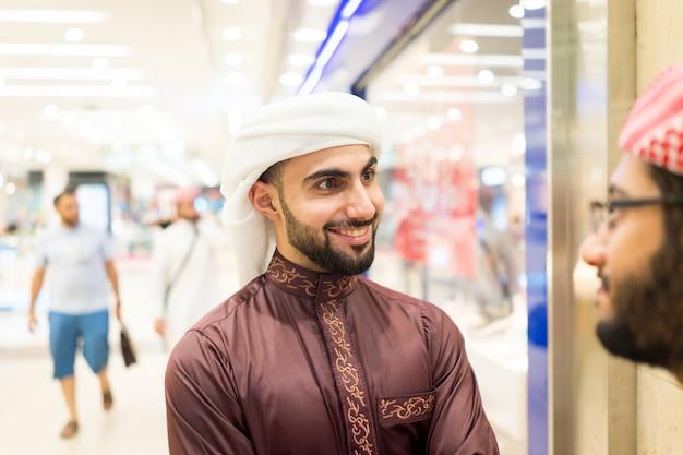 Арабские люди говорят