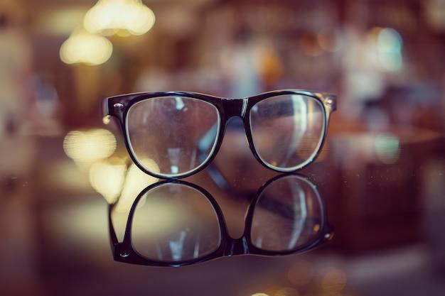 背景がぼやけた眼鏡