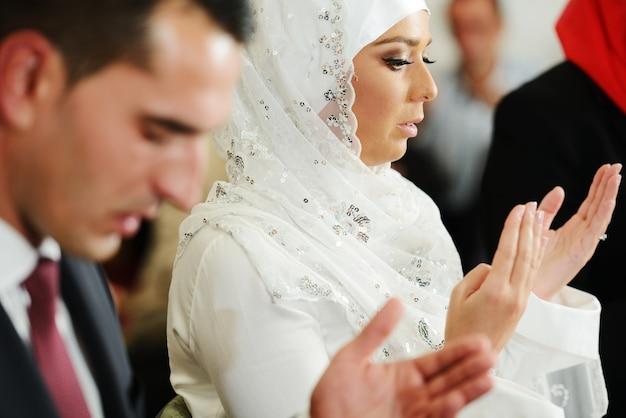 結婚式の間、モスクのイスラム教徒の新郎新婦