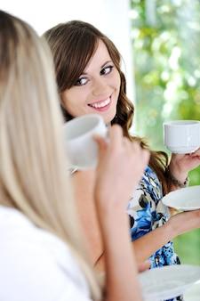 Друзья наслаждаются горячей чашкой кофе