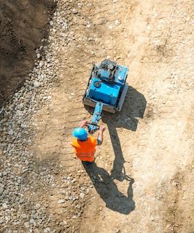 上から撮影した建設労働者
