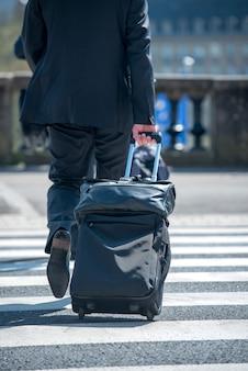 荷物を引っ張る男
