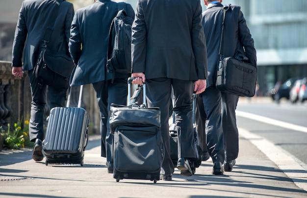 スーツケースを引っ張るビジネスマン