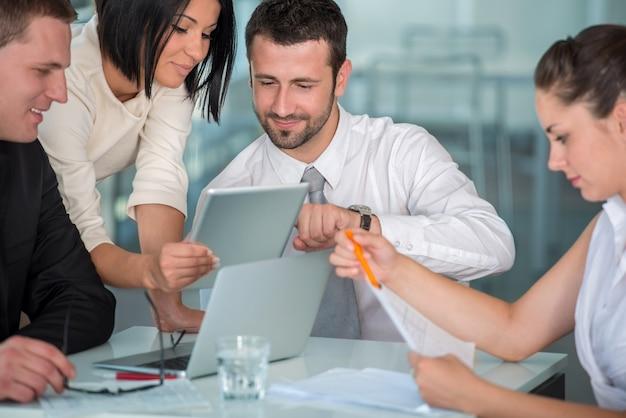 Бизнес-команда на работе