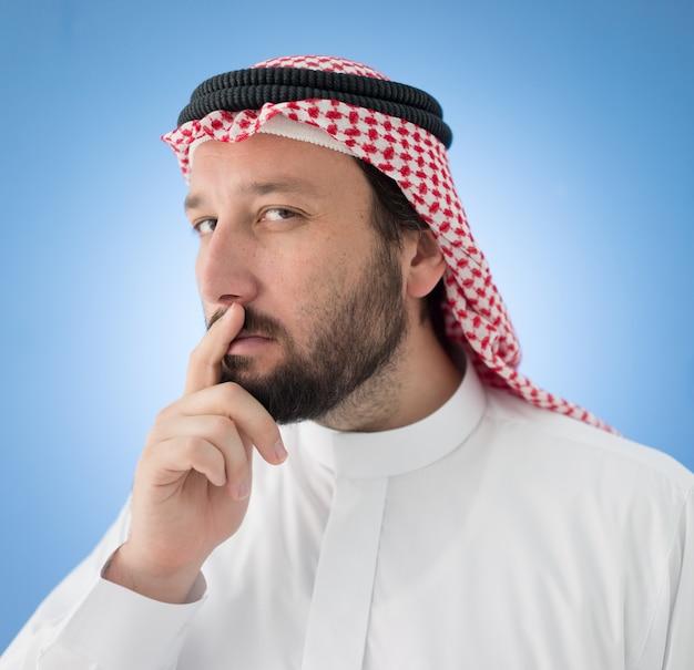 ポーズをとるアラビア人