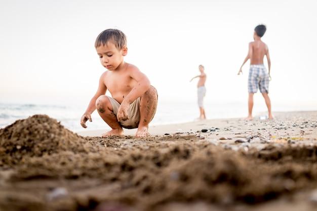 ビーチの砂で遊ぶ子供たち