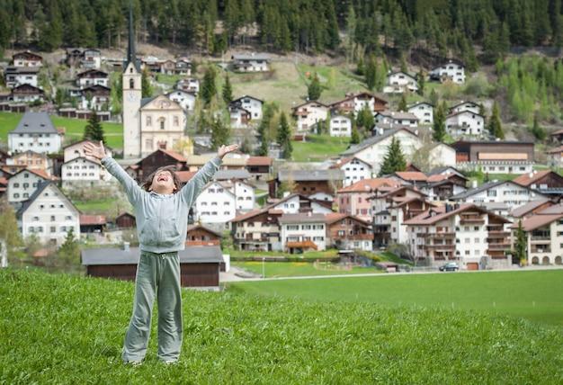 牧歌的なアルプスでスイスのカントリーサイドを楽しむ子供