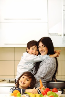 母親と子供たちが一緒に食事を準備する、一緒に食事をする