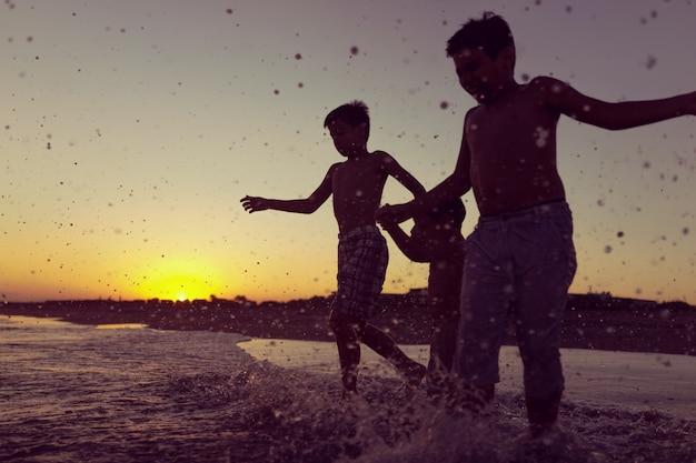 ビーチで遊ぶ遊び心のある子供たち