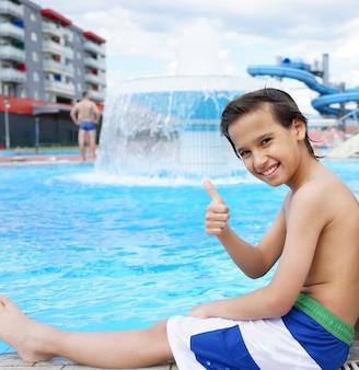 Счастливые дети, наслаждаясь летним бассейном