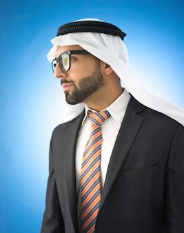 Портрет привлекательный арабский человек в очках