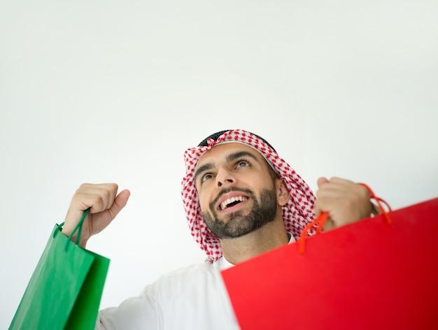 買い物袋を持つアラブ人男性