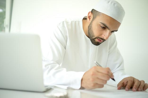 Арабский мужчина в офисе