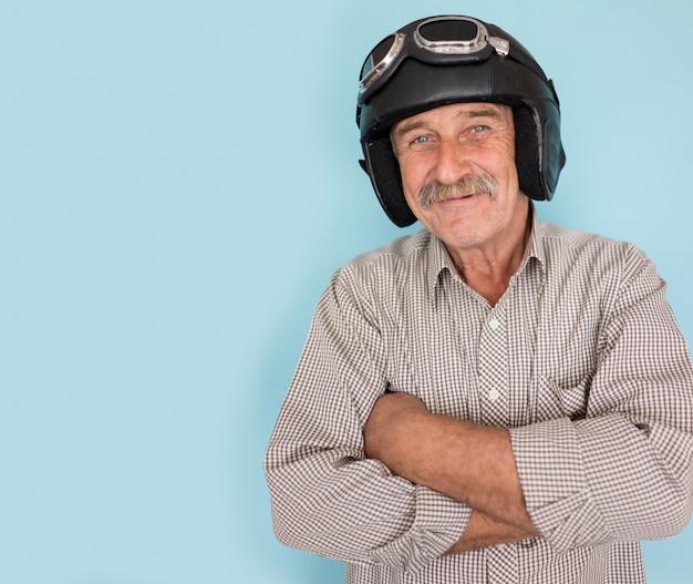 Старший веселый человек, как пилот с шляпой и очками