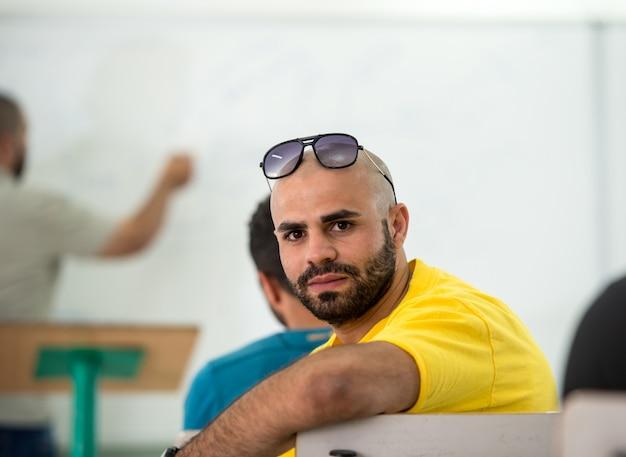 教室の若い学生