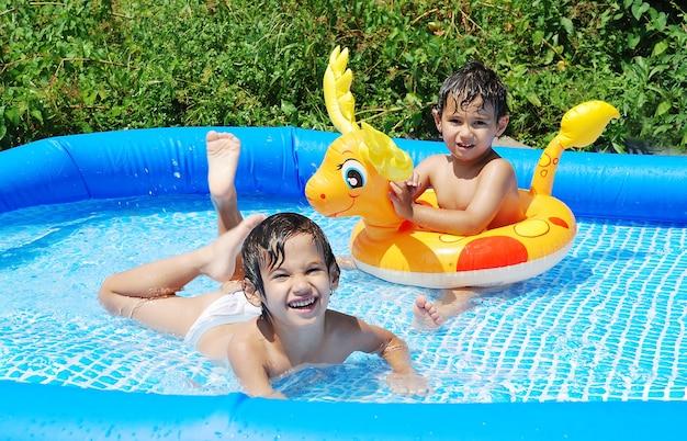 夏のスイミングプールでの子供の活動