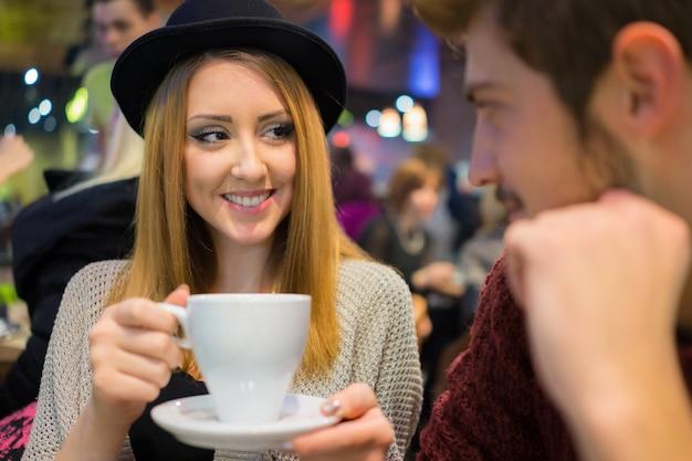 夜のレストランで若いロマンチックなカップル