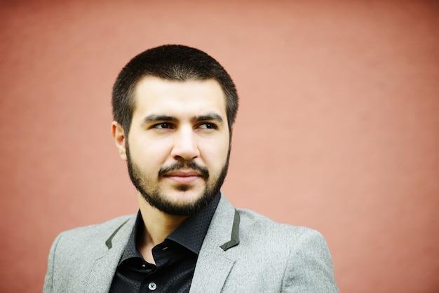 Молодой ближневосточный молодой привлекательной мужской модель создает