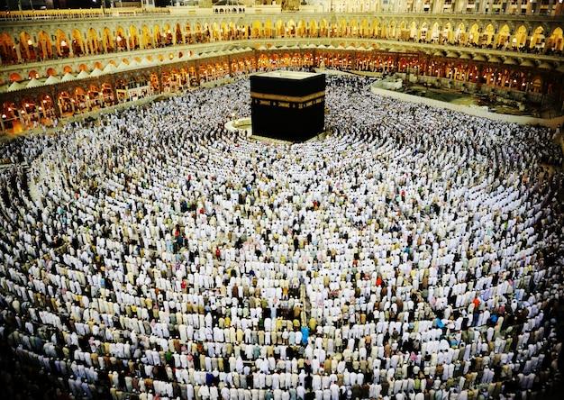 Кааба в мекке, мусульмане молятся вместе в святом месте