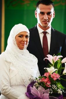 ちょうど結婚した美しいカップル