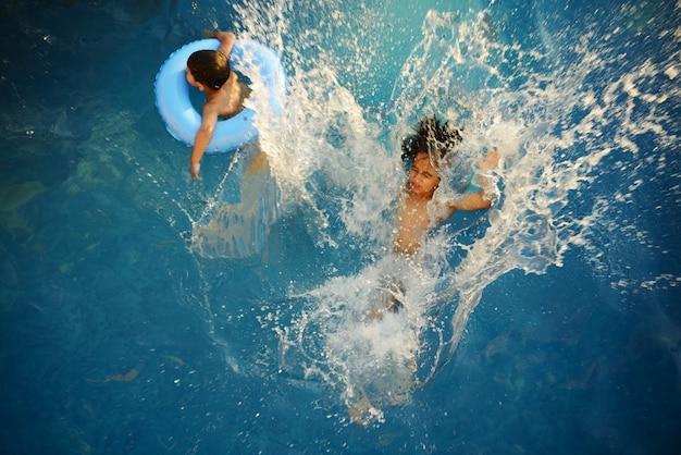 夏のプールに飛び跳ねる