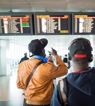 Люди ждут обновлений на экране полета