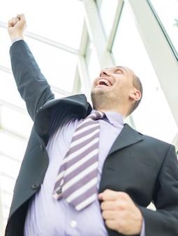 Молодой предприниматель, празднование в офисном здании