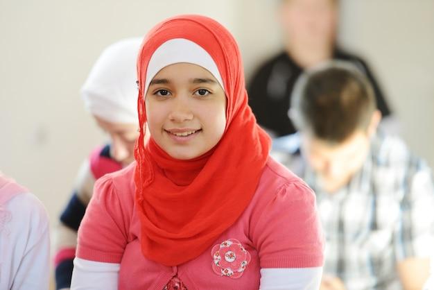グループで一緒に学ぶイスラム教徒とアラビア人の女の子