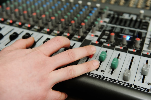ボタン付きのクローズアップオーディオミキサー