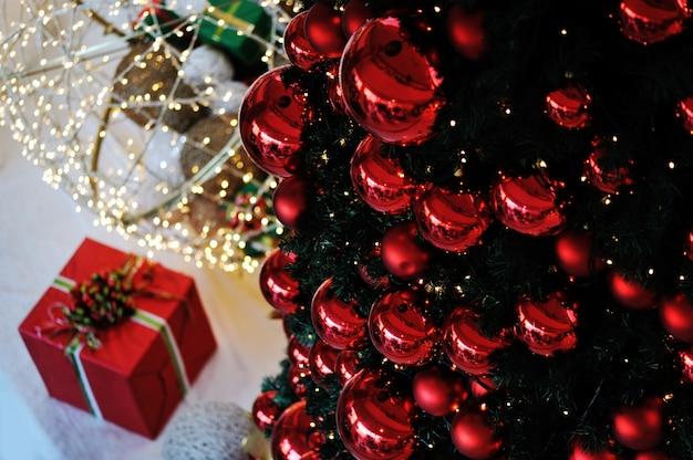 様々な贈り物と緑のモミの木とクリスマスの背景