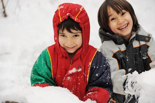 二人の雪の中の男の子